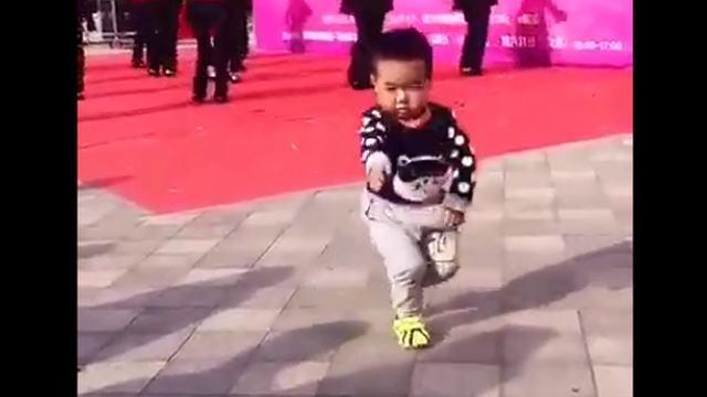 ダンスを完コピする中国の幼児