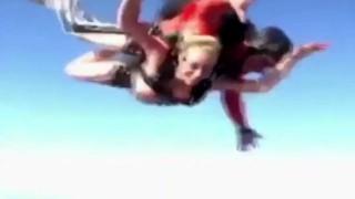 【衝撃動画】全裸でスカイダイビングするブロンド女性のマ○コのビラビラがwwwww