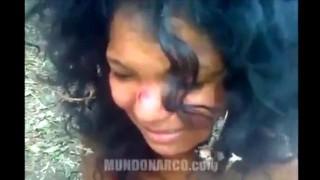 【閲覧注意】麻薬カルテルに手錠をかけられ生きたまま斬首される女性。
