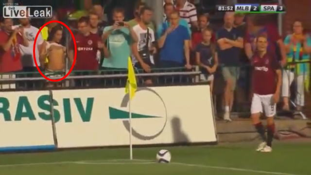 サッカーの試合のテレビ中継でポロリが映り込む
