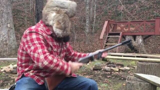ギターをボトルネックで弾き的をショットガンで撃つ、異色のコラボ