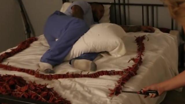 【イタズラ動画】悪質過ぎるwww寝てる男性の周りに爆竹を大量に仕掛けて寝起きドッキリw
