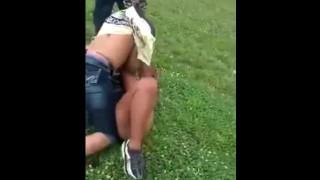 【丸見え注意】動画後半の女性同士のケンカでミニスカ女性がノーパンでケンカに挑みマンもろしてるwww