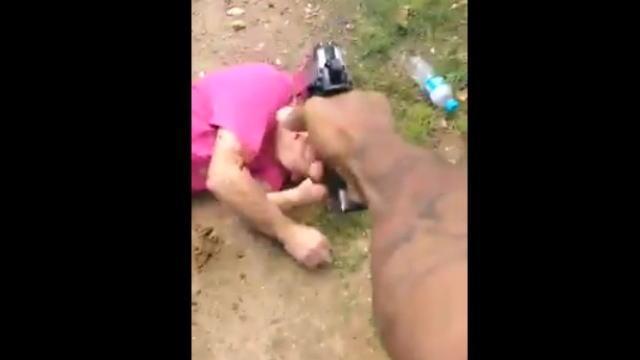 ブラジルギャングが敵対グループの男を拳銃で襲撃