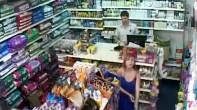 監視カメラにブロンド女性のポロリハプニングが