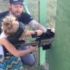 【衝撃動画】4歳の少女にライフル射撃をさせる父親。