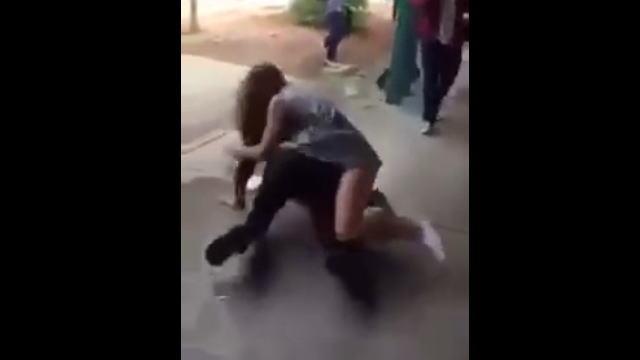 男子学生と普通に取っ組み合いのケンカする女子学生