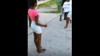 【エロ注意】フロントに穴の開いたパンティ履いてるタイトミニ女性がケンカでパンチラしてる動画www