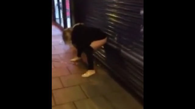街中で野ションする女性