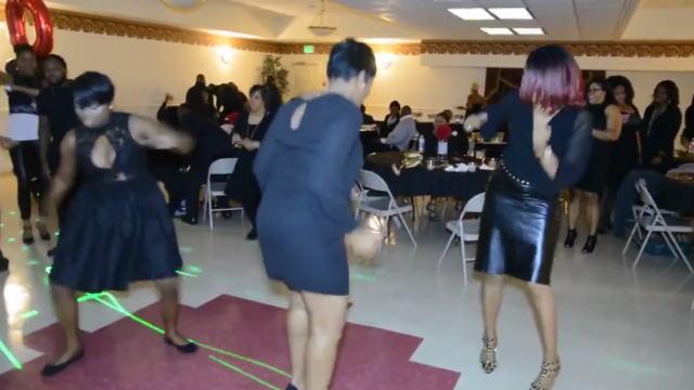 ご機嫌なダンスを披露する女性