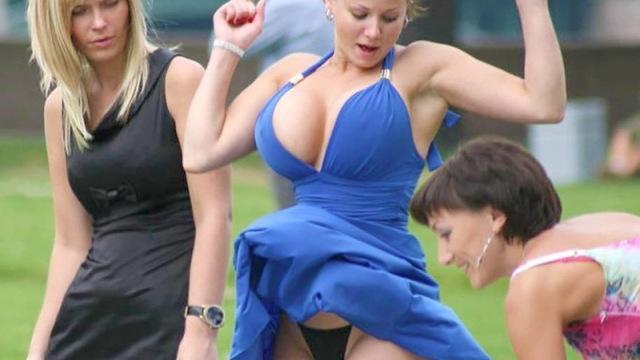 【画像】結婚式で巨乳の女が新婦よりエロいドレス着た結果・・・