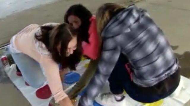 【失禁フェチ必見】ツイスターゲーム中に失禁してしまう女性たちを撮影した動画。