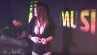 【動画5本】巻き髪を書き上げながらDJプレイする巨乳美女DJ『Dj Thảo BeBe』の乳揺れしてるエロ注意な動画www