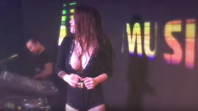 巻き髪を書き上げながらDJプレイする巨乳美女DJ『Dj Thảo BeBe』の画像