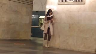 【動画2本】海外でもいるんだなw白昼堂々とミニスカにノーパンで露出楽しんでる美女たちのエロ注意な動画www