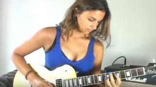 【動画2本】ギターテクも凄いけどどうしても谷間に目がいってしまうwww