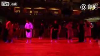 【オモシロ動画】中国にて正月を祝うイベントでのダンスがオモシロいwww