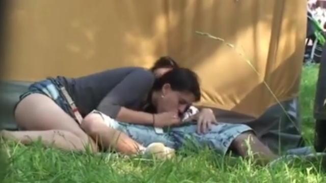 野外フェスでテントの陰で青姦セ○クスするカップル