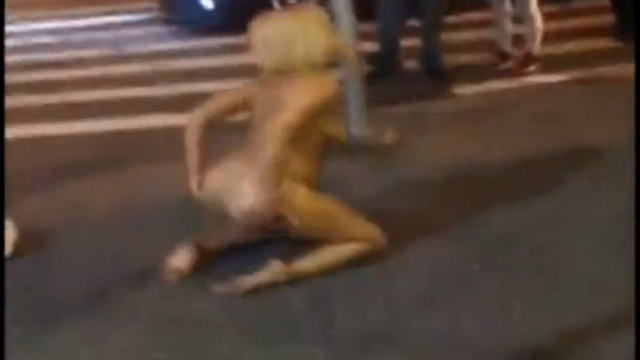 【動画】薬物中毒のブロンド美女が人通りのある路上で全裸になってオ○ニーしてる。