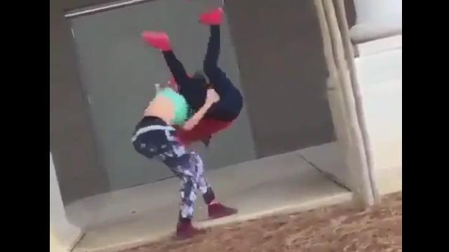 【動画】女性同士のガチケンカで格闘家もビックリの弾丸ボムが炸裂www