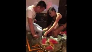 【エロ注意】中国の宴会に派遣された美女コンパニオンの一芸が衝撃的にエロ過ぎるエロ注意な動画www