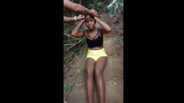【閲覧注意】丸太で頭部を思いっきり殴られ気絶、痙攣する女性を撮影した動画。