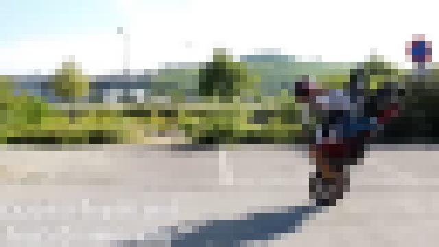【衝撃動画】凄いバイクテクで曲芸走行する可愛らしい女性www