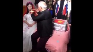 【動画】果たして幸せか!?若くて美人と結婚した老人男性の結婚式での動画。