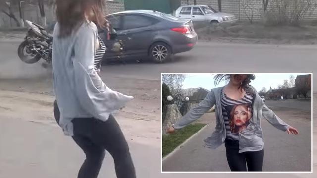 【動画】道路脇で女の子がセクシーダンスを踊った結果、物凄い交通事故が発生・・・