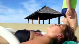 【変態注意】プールサイドで寝てる美女の頭上でチ〇ポしごくビキニパンツの男の自撮り動画www