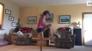 【激痛動画】自宅でフィットネス中に激しい破裂音でアキレス腱を断裂してしまうママ。