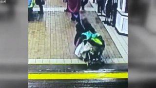 【動画】危ない!!踏切を渡り切れず路面電車に轢かれる老婆。