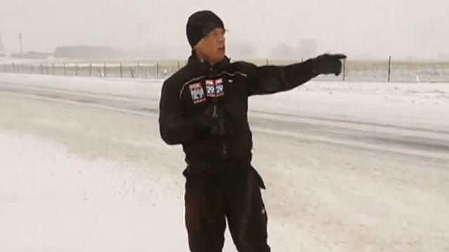 【動画】殴りつけるような、いやそれ以上に激しい雪に見舞われるテレビリポーター。