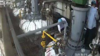 【動画】中国の化学工場での爆発でありえない吹き飛ばされ方をする作業員。