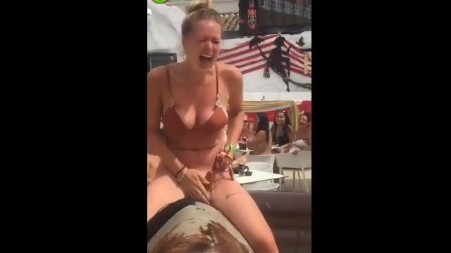 【動画】公衆の面前でロデオマシーンに跨った巨乳ビキニ美女の水着、しかも下がとれるwww