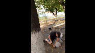【動画】公園でおばあさんに馬乗りになって暴行している男を逆にボコります。