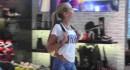 【エロ注意】ノーパンでダメージデニム風のボディペイントして香港の街中を闊歩するブロンド美女www
