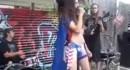 【オモシロ動画】ビキニパンツでストリートで演奏してるミュージシャンがやたらチ○コを弄られるwww