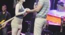 【ハプニング動画】ステージに上がらせてもらったファンのミニスカ女性がパンチラかwwwww